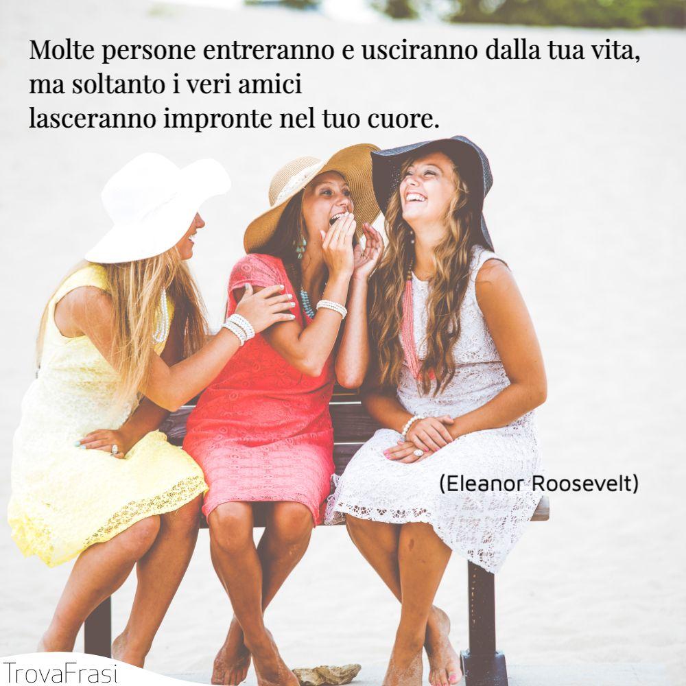 Molte persone entreranno e usciranno dalla tua vita, ma soltanto i veri amici lasceranno impronte nel tuo cuore.