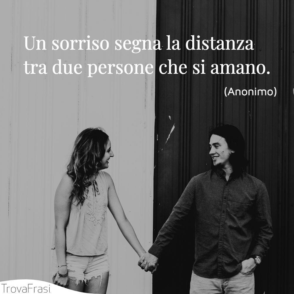 Un sorriso segna la distanza tra due persone che si amano.