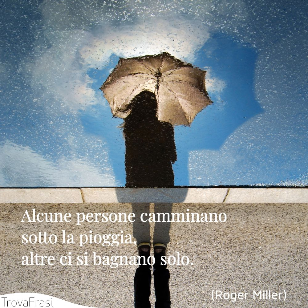 Alcune persone camminano sotto la pioggia, altre ci si bagnano solo.