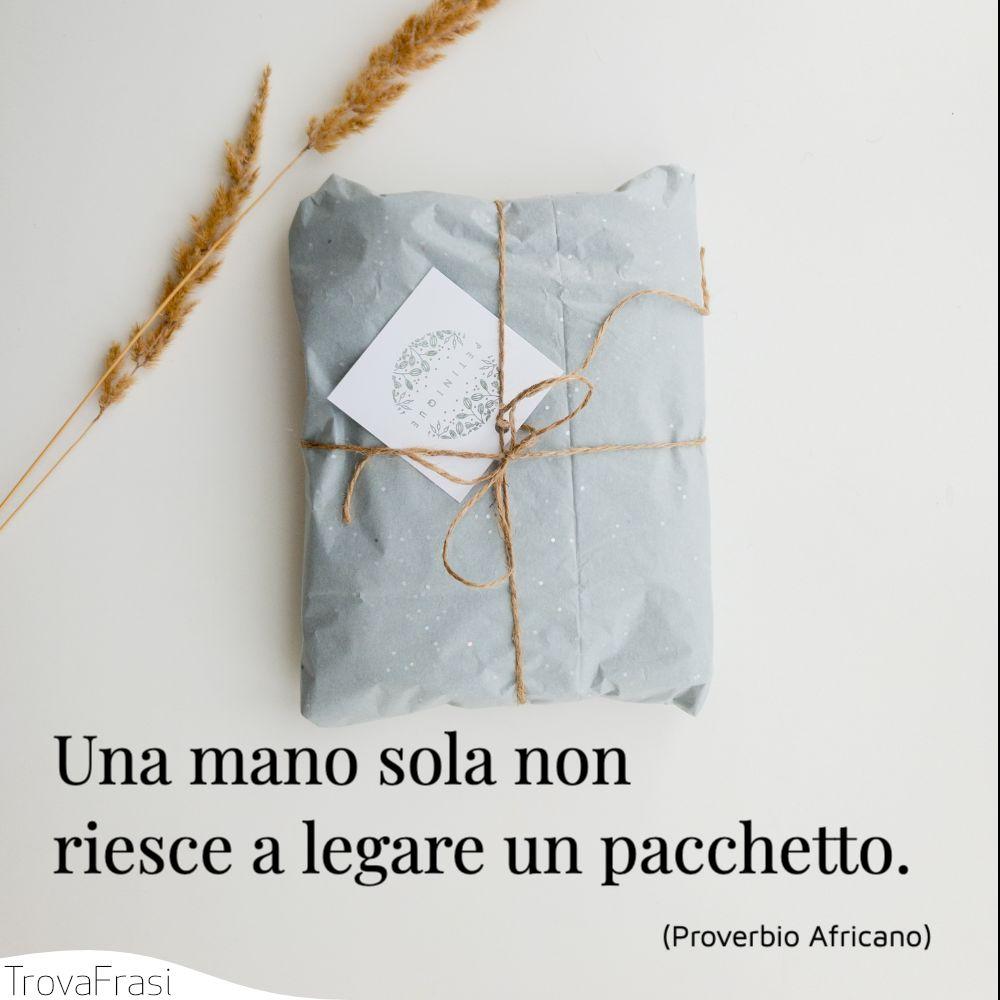 Una mano sola non riesce a legare un pacchetto.
