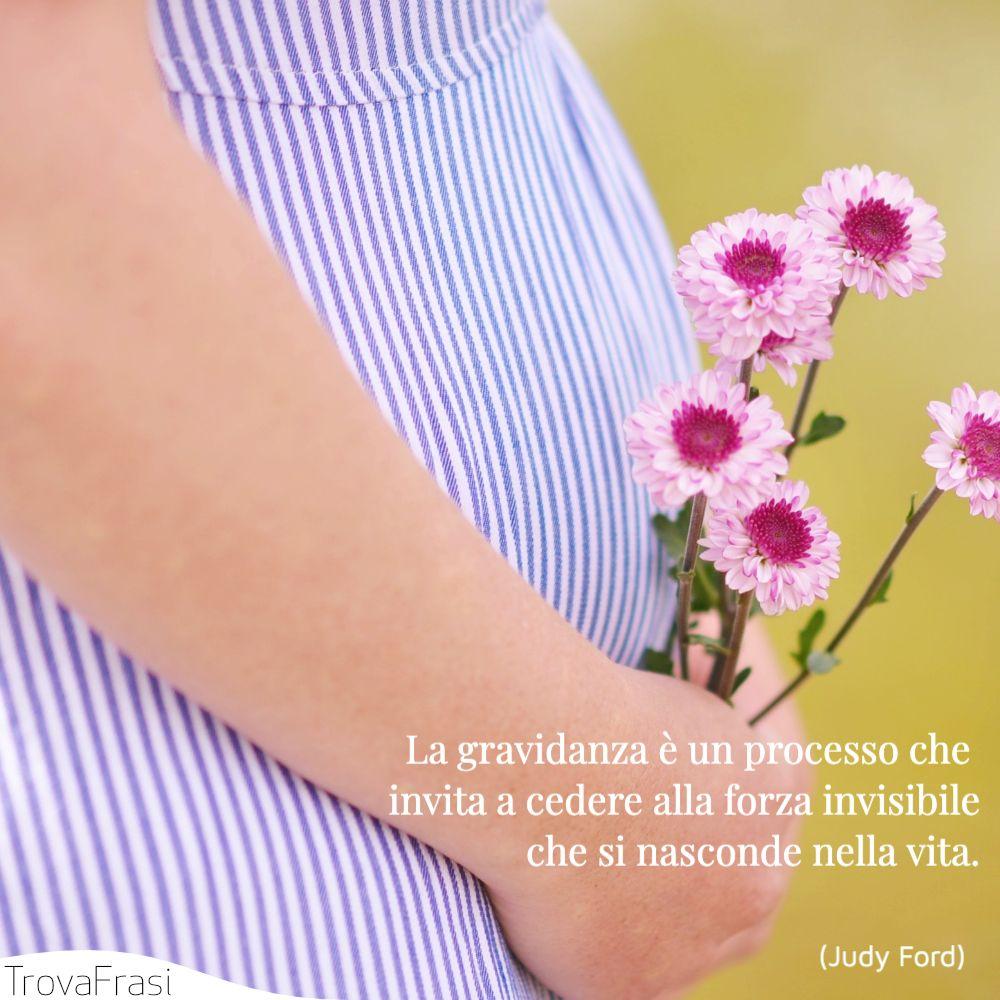 La gravidanza è un processo che invita a cedere alla forza invisibile che si nasconde nella vita.