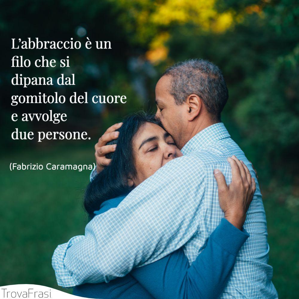 L'abbraccio è un filo che si dipana dal gomitolo del cuore e avvolge due persone.