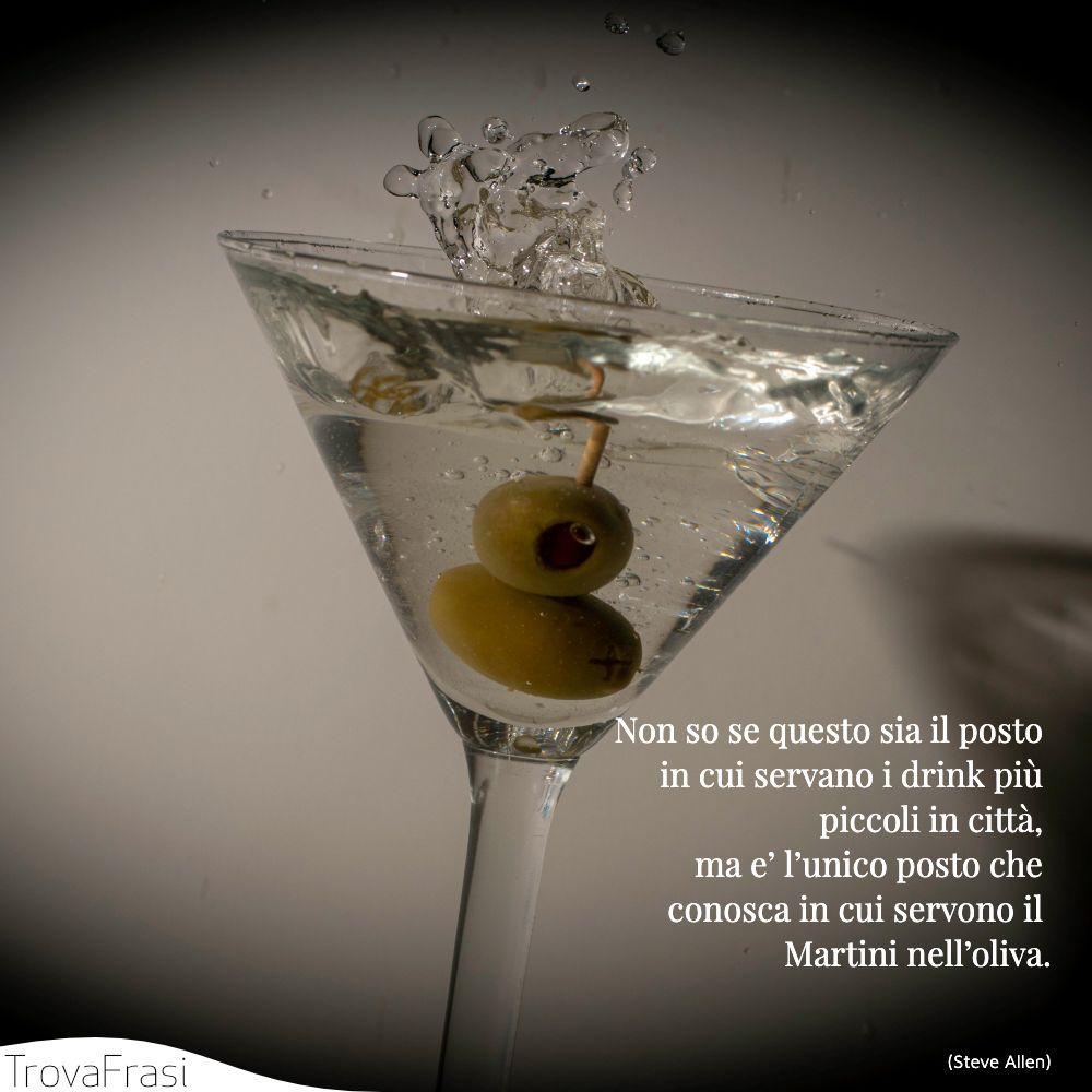 Non so se questo sia il posto in cui servano i drink più piccoli in città, ma e' l'unico posto che conosca in cui servono il Martini nell'oliva.