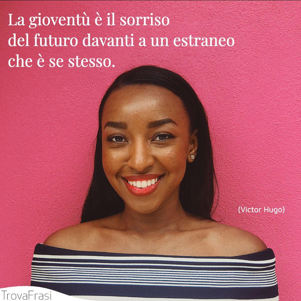 La gioventù è il sorriso del futuro davanti a un estraneo che è se stesso.